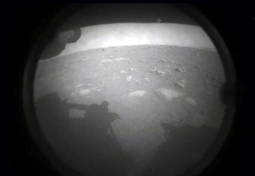 Eines der ersten Bilder von Perseverance von seiner Umgebung. Insgesamt ist der neue Rover mit 23 Kameras ausgestattet. NASA
