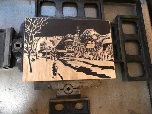 Eines der fünf Motive zeigt den Ortseingang von Tschagguns mit der Wallfahrtskirche Mariä Geburt. Gell