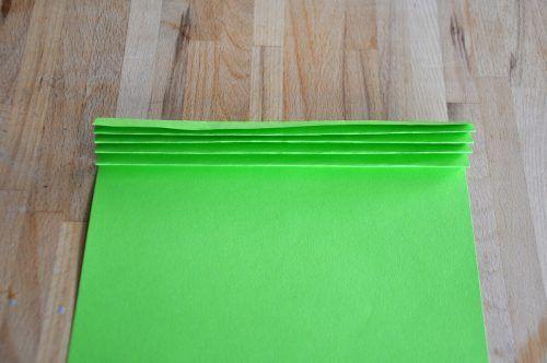 Faltet jedes Blatt Papier zu einer Ziehharmonika.