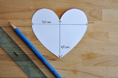 Fertigt eine Herzschablone in der Größe 9,5 x 6,5 cm an.