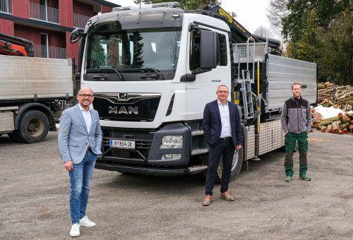 Freuten sich über den neuen Lkw: Bürgermeister Michael Ritsch, Stadtrat Robert Pockenauer und Fahrer Sebastian Weiss.fst