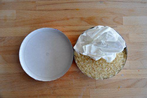 Füllt die untere Hälfte der Käseschachtel mit Reis und die obere mit Kosmetiktüchern.