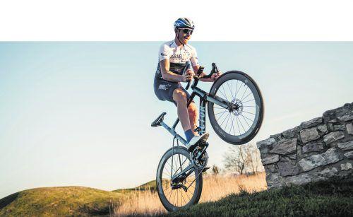 Für das Fotoshooting schon mal in Szene gesetzt: Radprofi Matthias Brändle während des Teamcamps in Girona.NOA ARNON (Cycling A.)
