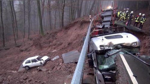 Gerade als ein Auto und ein Lastwagen darüber fuhren, brach eine Straße ein. dpa