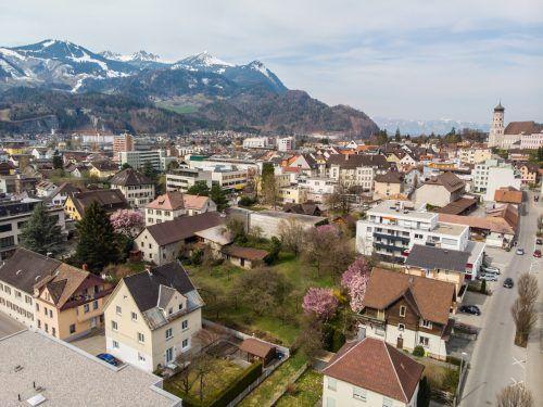 Gertrud Würbel hat ein großes Grundstück im Zentrum von Bludenz geerbt und möchte dieses dem Gemeinwohl zur Verfügung stellen.VN-Archiv/Hartinger