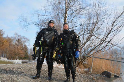 Glücklich und voller Eindrücke kommen die Taucher Thomas Rübsamen und Rainer Fink aus dem Wasser.bvs (4)