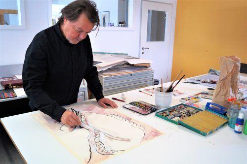 Günter Bucher – Künstler von Geburt an – an seinem Schreibtisch in Götzis.Ritter