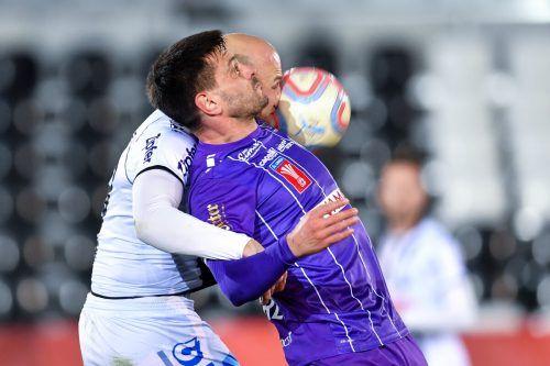 Harte Bandagen und acht Tore brachte die Cuppartie des LASK gegen Klagenfurt, im Bild Gernot Trauner und Darijo Pecirep (v.). gepa