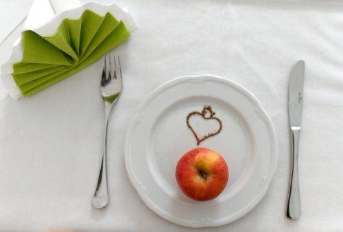 """Heilfasten ist eine Form des nicht religiös motivierten Fastens und soll zumeist der Entschlackung dienen. Im Bild ein roher Apfel zum """"Fastenbrechen"""". APA"""