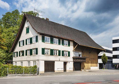 Im 1832 erbauten Haus Kapellenstraße 7 stellte Josef Hofer 1869 die ersten zwei Handstickmaschinen in Vorarlberg auf.GEmeinde