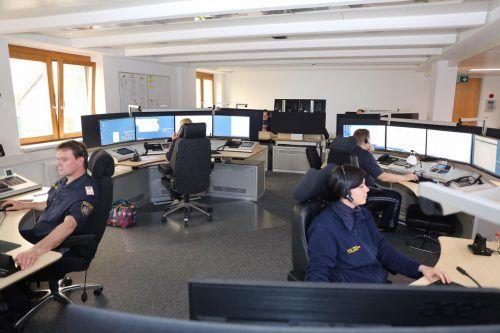In der Notrufzentrale der Polizei werden nicht immer alle Anrufe ernst, sondern eher amüsiert genommen. POLIZEI