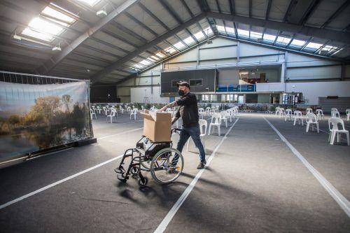 In der Tennishalle in Nenzing wird die vierte Impfstraße des Landes aufgebaut. Ab heute wird dort geimpft. VN/Steurer