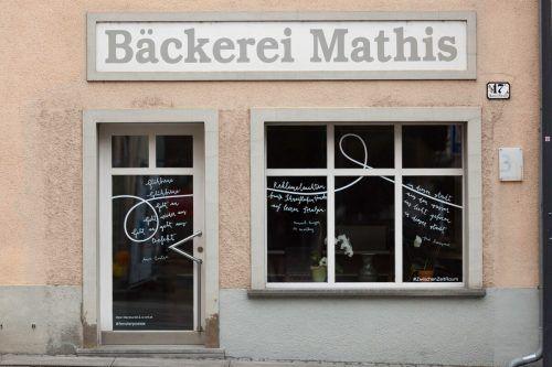 In Fenstern der Marktstraße sind derzeit Gedichte von Schriftstellern sowie von Kindern und Jugendlichen zu lesen.Stadt