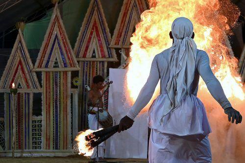 """In Sri Lanka versucht ein Feuertänzer mit dem """"Gam Madu""""-Ritual böse Geister auszutreiben und hofft auch so auf ein Ende der Pandemie.AFP"""