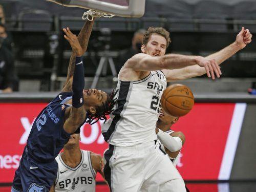 Jakob Pöltl war für die San Antonio Spurs unter dem Korb enorm wertvoll.apa