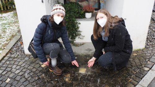 Jana Bilgeri undFranziska Grabher initiierten den Stolperstein bei der Kapelle Unterdorf in Göfis, der an das Schicksal von Provikar Carl Lampert erinnern soll. CEG