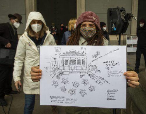 """""""Jetzt schlägt's 13"""": So fordert der Zeltplan von Organisatorin Nicole Kantner (im Hintergrund links) zum Handeln auf. VN/PAUlitsch (2)"""