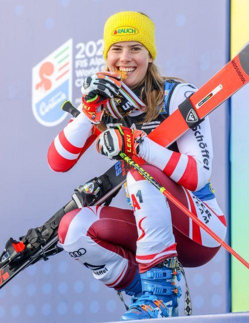Katharina Liensberger strahlt mit der Goldmedaille um die Wette. Die 23-Jährige fuhr ex-aequo mit Marta Bassino im Parallelbwerb zum Weltmeistertitel.gepa