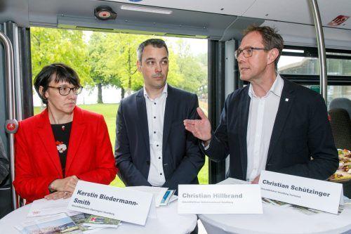 Kerstin Biedermann-Smith (Alpenregion/l.), Christian Hillbrand (VVV/Mitte) und Christian Schützinger (Vlbg. Tourismus) setzen die Zusammenarbeit fort. VT/Hofmeister