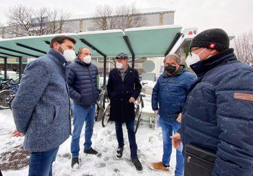 Landesrat Johannes Rauch und Bürgermeister Simon Tschann tauschten sich zusammen mit den Mitarbeitern der Stadt über Projekte aus.Stadt Bludenz