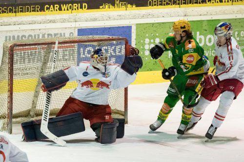 Lustenaus Stürmer Timo Demuth, bedrängt von Vladislav Polegoshko, kommt gegen Salzburgs Torhüter Florian Bugl zu spät.stiplovsek