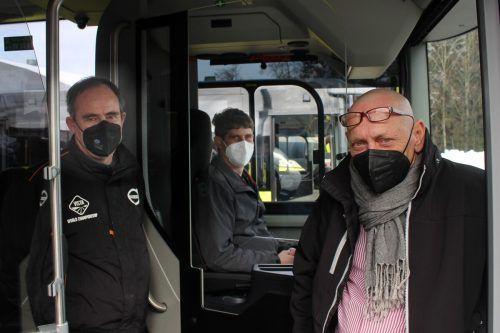 """Mario Hagspiel, Volvo-Repräsentant Günter Hirtenfelder (r.) und Norbert Giselbrecht erläutern im VN-Gespräch die """"Feinheiten"""" der neuen Busse."""