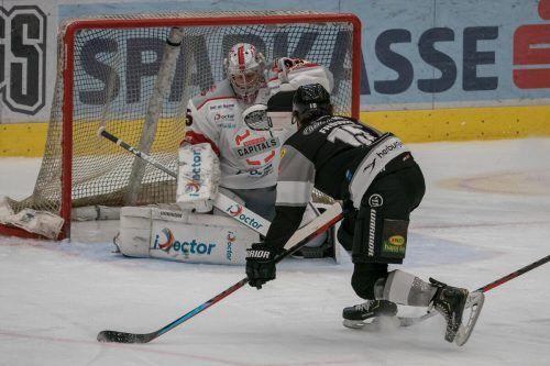 Maßarbeit von Jannik Fröwis. Der junge Dornbirn-Stürmer zimmert den Puck an Bratislavas Goalie Samuel Baros vorbei zur 3:2-Führung ins Tor.STiplovsek