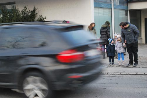 Michael Weber (rechts) wünscht sich, dass die Holzsstraße gerade für junge Fußgänger sicherer wird.Erh (2)