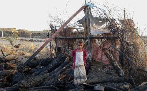 Nach einem Feuer steht ein Kind in den Trümmern einer Zuflucht in der Provinz Hodeida im kriegsgeschüttelten Jemen. AFP