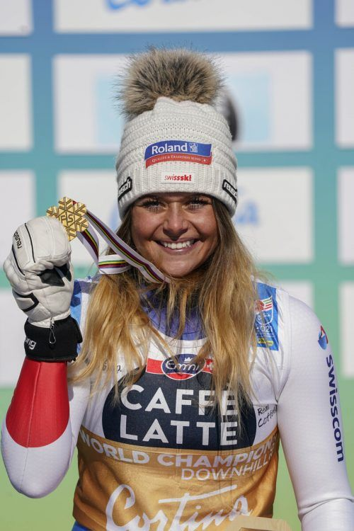 Nach Silber im Super-G schnappte sich Corinne Suter Gold in der Abfahrt. Sie wird dafür, wie nach der WM in Aare, von einem Skifan mit einem Kalb belohnt. Ap