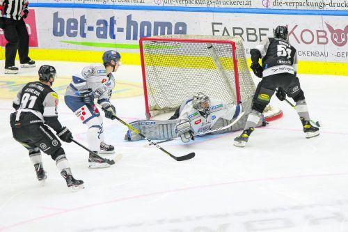 Nikita Jevpalovs, der zwei Tore erzielte und eines assistierte, mischt mit Daniel Woger die Defensive von Fehervar auf.steurer