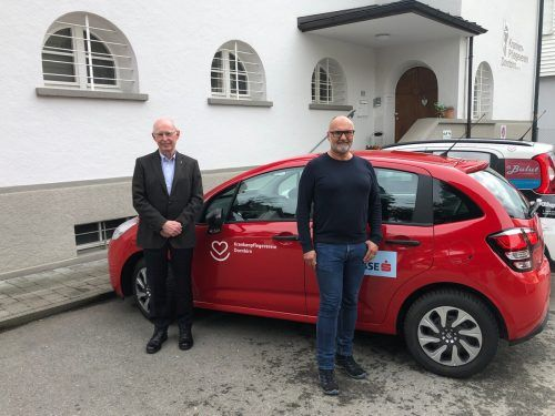 Obmann Heinz Wohlgenannt (links) und GF Johannes Drexel vor einem KPV-Dienstfahrzeug. ERH