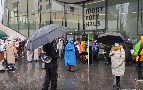 Protestaktion gegen die CoV-Regeln und Kontrollen am Sonntag in der Feldkircher Innenstadt mit knapp 1000 Teilnehmern. RheinTV