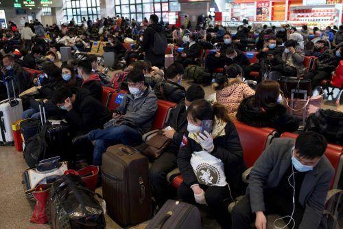 Reiselustige Chinesen am Bahnhof in Peking: Auch Arbeitgeber sind in der Pflicht, ihre Mitarbeiter an einer Heimreise zu hindern. AFP