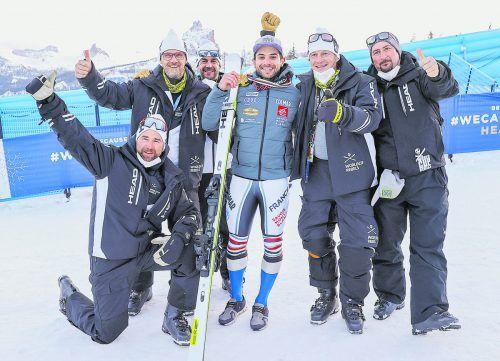 Rennsportleiter Rainer Salzgeber (2. v.r.) freut sich mit Patrick Bechter, Stefan Kappaurer, Patrick Wirth und Christoph Wörndle von Head Italien über die Goldmedaillen von Mathieu Faivre. gepa