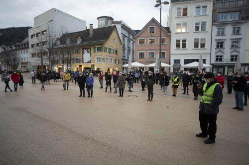 Rund 200 Menschen versammelten sich zur Schülerkundgebung am Kornmarktplatz in Bregenz.VN/Paulitsch