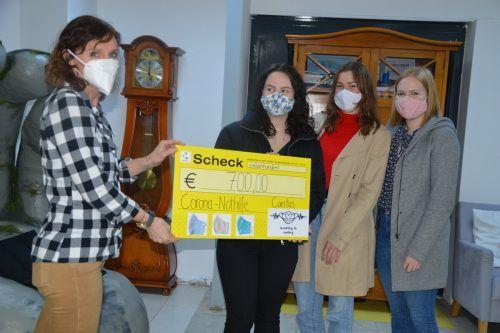 Sabine Fulterer von der youngCaritas durfte den Spendenscheck von den drei Maturantinnen übernehmen.Caritas