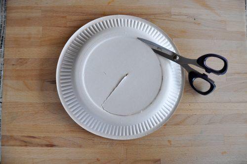 Schneidet den inneren Kreis der Pappteller aus – fangt am besten in der Mitte an und schneidet dann den Innenkreis aus.