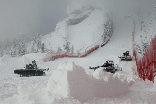 Schwerarbeit in der Nacht nach starken Schneefällen für die Organisatoren in Cortina. Die Kombination der Damen, der erste Bewerb im Programm der Weltmeisterschaft, musste um eine Woche verschoben werden. gepa