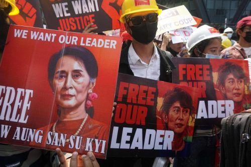 Sie geben nicht auf: Nach dem Militärputsch fordern Demonstranten in Yangon, Myanmar, die Freilassung von Aung Saan Suu Kyi. AFP