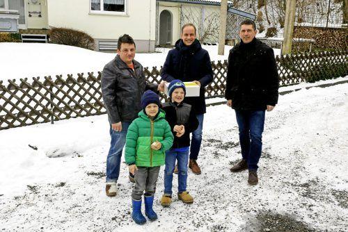 Stadtrat Markus Klien (v. l.) und Bürgermeister Dieter Egger bedanken sich bei Familie Kleinschuster für ihr ehrenamtliches Engagement.Stadt