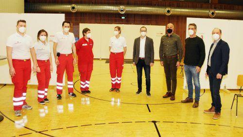 Start der Covid-19-Teststation in der Rheinauhalle Höchst: Das Rotkreuz-Team mit den drei Bürgermeistern Herbert Spar, Peter Böhler und Reinhold Eberle.