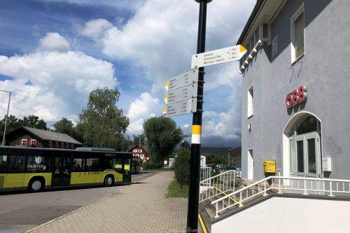 Tatort Bahnhof Frastanz: Bei der dortigen Bushaltestelle erleichterte ein Jugendlicher einen Schüler um Bares und eine Jacke. MARKTGMEINDE FRASTANZ