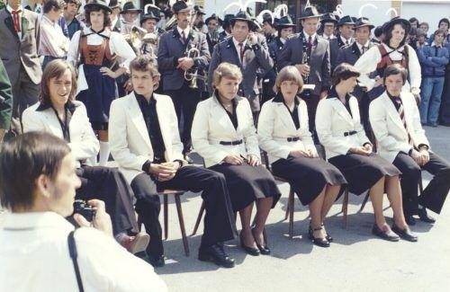 Toni Innauer (l.), und Alois Lipburger (2. v. l.), im Rahmen einer Ehrung von Olympiateilnehmern am Skigymnasium Stams im Jahr 1976.
