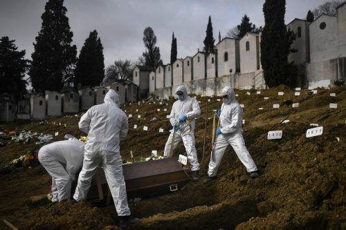 Totengräber begraben ein Covid19-Todesopfer auf dem Sao Joao Friedhof in Lissabon. Portugal wurde stark von der zweiten Welle getroffen. AFP