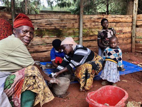 Unter Anleitung von Experten lernen die Frauen in Workshops in praxisnahen Bildungszentren das Töpferhandwerk.weltladen