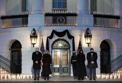 US-Präsident Joe Biden, First Lady Jill Biden, Vizepräsidentin Kamala Harris und Ehemann Doug Emhoff gedenken den Corona-Opfern. AFP