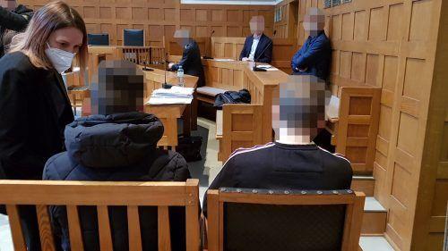 Verteidigerin Astrid Nagel vor der Verhandlung im Gespräch mit einem der beiden jugendlichen Angeklagten. ECKERT
