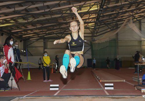 VLV-Kaderathletin Annika Rhomberg schaffte im Sand ausgezeichnete 5,79 Meter. Das ist der neue Landesrekord in ihrer Altersklasse.VLV/GAsser