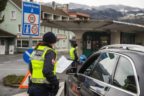 Vor allem an der Grenze zu Deutschland wird man künftig öfters Polizeibeamte sehen. Sie kontrollieren die Einreiseregeln. VN/Paulitsch